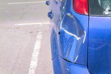 Voiture abîmée sur un parking © Shutterstock