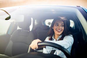 Jeune femme au volant © Shutterstock