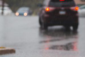 Voiture sous la pluie © Erik Mclean